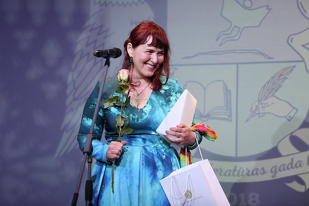 """Andra Manfelde, šogad saņemot Latvijas Literatūras gada balvu par grāmatu bērniem """"Kurš no mums lidos?""""."""