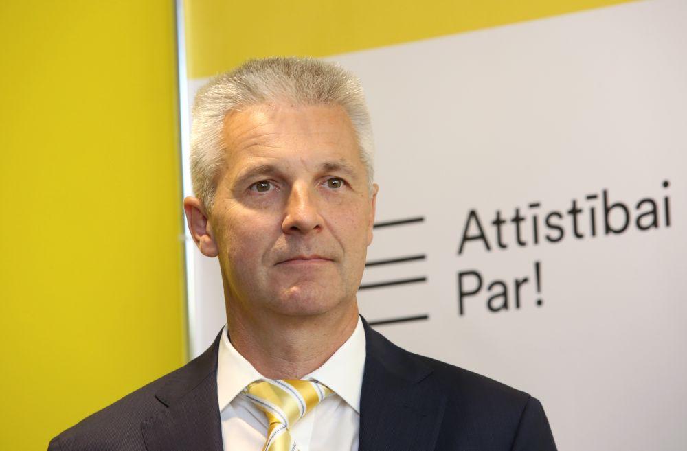 """Eiropas Parlamenta deputāts, politiskās apvienības """"Attīstībai/Par!"""" biedrs Artis Pabriks piedalās preses konferencē, kurā informē par aiziešanu no """"Vienotības"""" un pievienošanos apvienībai """"Attīstībai/Par!""""."""