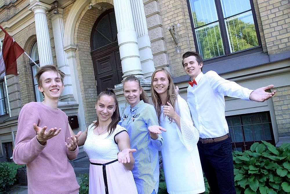 RTU Inženierzinātņu vidusskolas topošie absolventi Roberts Pavlovskis (no kreisās), Ieva Žube, Renāte Karjavčenko, Rebeka Anna Līpiņa un Roberts Dobelis priecājas, ka pēc 9. klases izlaiduma izdarījuši pareizu izvēli un nav nobijušies mācīties tikko izveidotā vidusskolā.