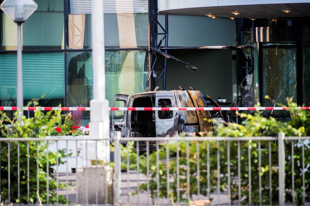"""Autofurgons ietriecies """"De Telegraaf"""" redakcijas birojā, 26.06.2018."""
