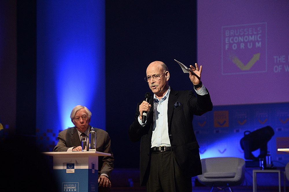 """""""Šī tehnoloģiskā revolūcija pilnībā mainīs veidu, kā pārvaldām ekonomisko un sociālo dzīvi,"""" Briseles ekonomikas forumā pavēstīja Džeremijs Rifkins. Viņā klausās oponents Roberts Gordons."""