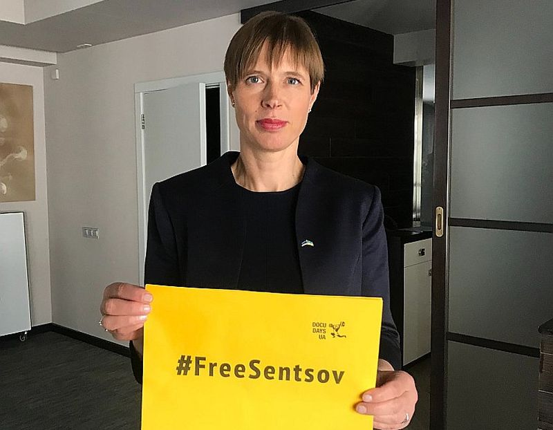 Igaunijas prezidente Kersti Kaljulaida tur rokās plakātu ar aicinājumu atbrīvot Krievijas ieslodzīto Ukrainas režisoru Oļegu Sencovu.