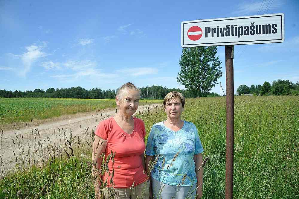 """""""Šā ceļa dēļ esam nostādītas muļķa lomā. Atliek vien noskatīties, kā izdangātā ceļa un izpostītās meliorācijas dēļ mūsu zeme pārpurvojas un aiziet bojā sējumi,"""" saka Talsu novada Īves pagasta zemes īpašnieces Laima Strazdiņa (no kreisās) un viņas māsa Zaiga Kalniņa."""