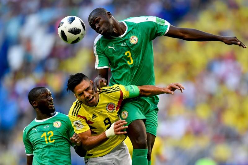 Senegālas un Kolumbijas futbolisti cīņā par bumbu.