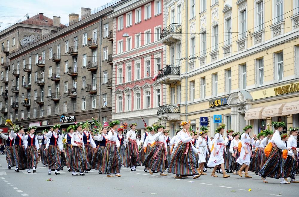 Arhīva foto. Svētku gājiens Rīgā.