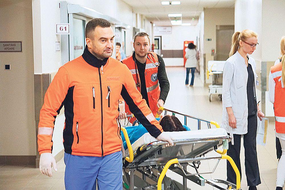 Ātrās palīdzības mediķi brīdina uzņemšanas nodaļu par pacientu ar akūtu insultu.