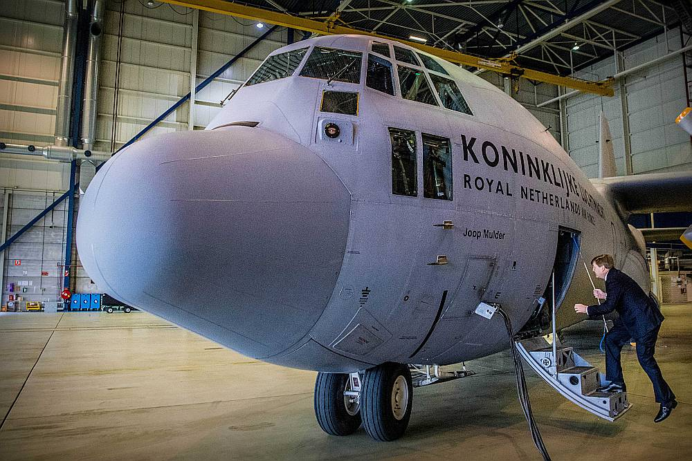 """Nīderlandes karalis Vilems Aleksandrs, kuram ir pilota licence, iekāpj karalisko gaisa spēku militārajā transportlidmašīnā """"Lockheed C-130"""" aviācijas bāzē Eindhovenā."""