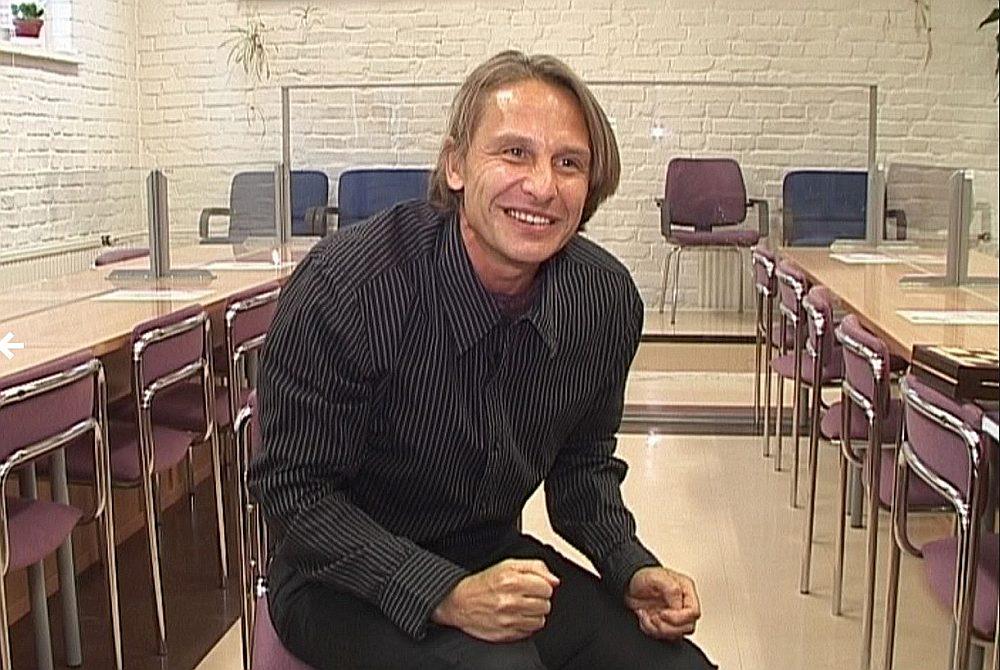 """Savulaik, pirms deviņiem gadiem, par Rolandu Prīvertu TV3 pat bija izveidojusi dokumentālo filmu """"Kokaīna kurjers. Prīverts"""". Žurnālisti R. Prīvertu 2009. gadā intervēja ieslodzījumā Somijā (attēlā). Filmas pieteikumā televīzijas ļaudis toreiz rakstīja, ka """"skatītājiem tiks atklāti arī tālākie R. Prīverta plāni, piemēram, kur plašajā pasaulē viņš paslēpis kokaīnu"""". Prīverts bēdīgi slavens Latvijā kļuva 1999. gadā, kad viņu kopā ar Dairu Silavu (abi savulaik bija Latvijas Modeļu asociācijas vadītāji) aizturēja Rīgas lidostā. Abi bija lidojuši no Karakasas. Pie Silavas atrada 1,86 kilogramus kokaīna aptuveni 100 000 latu vērtībā, pie Prīverta – 0,9 gramus kokaīna. Prīvertam piesprieda sešus gadus, bet Silavai – piecus gadus cietumā. Vēlāk abus atbrīvoja pirms termiņa. 2004. gadā Prīvertu aizturēja Ekvadoras tiesībsargājošās iestādes Gvajakilas pilsētas lidostā ar 894 gramiem kokaīna."""