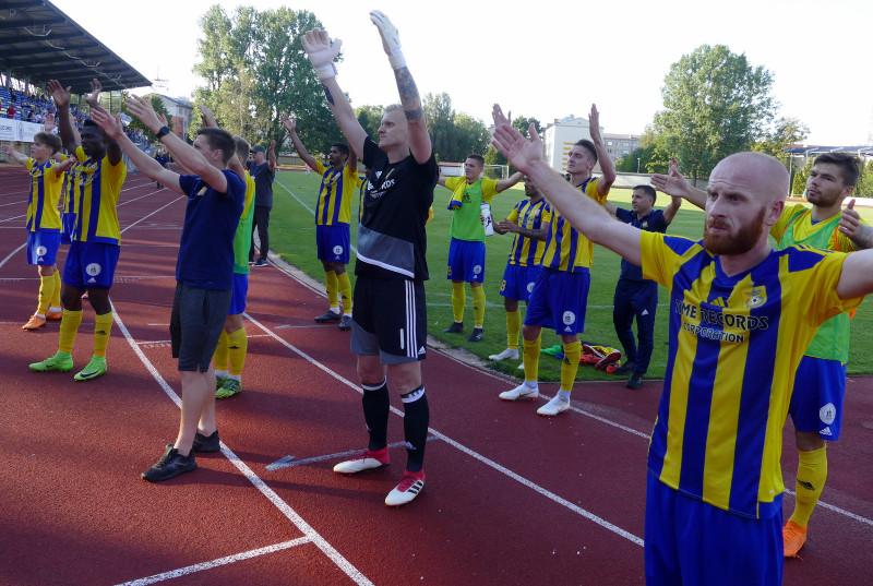 """""""Ventspils"""" futbolisti pēc spēles pret """"Girondins"""" pateicas līdzjutējiem."""