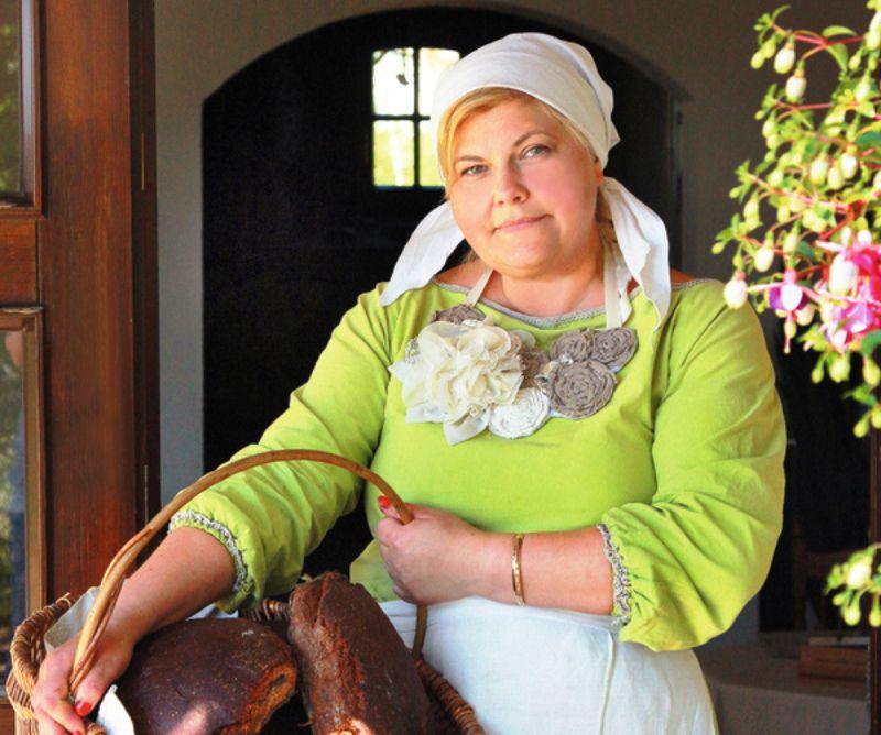 Ilze Briede uzskata, ka saimniece ir mājas sirds un dvēsele. Viņa saimnieko bijušajā Blomes maizes ceptuvē. 2006. gadā Ilze nopirka šo veco ēku, un nu tā ir pārvērtusies līdz nepazīšanai, jo kļuvusi par skaistu vietu pagastā, uz kuru tiek vesti ciemiņi.