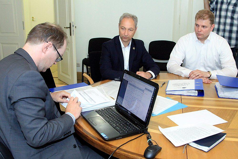 """""""Tā ir mūsu pārmaiņu kaujas grupa,"""" ar JKP deputātu kandidātu sarakstu CVK locekli Ritvaru Eglāju (no kreisās) iepazīstināja JKP pārstāvji Jānis Bordāns un Krišjānis Feldmans."""