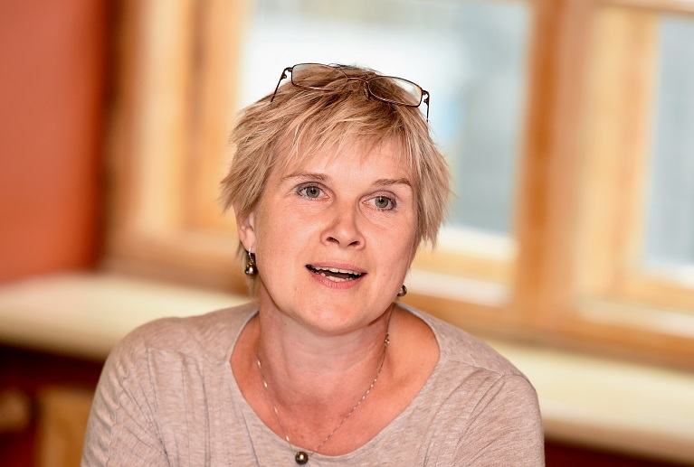 """Psiholoģe Diāna Zande piedalās diskusijā """"Mīti par dzemdībām"""", kuras laikā tiek nosaukta titula """"Gada vecmāte 2016"""" ieguvēja."""