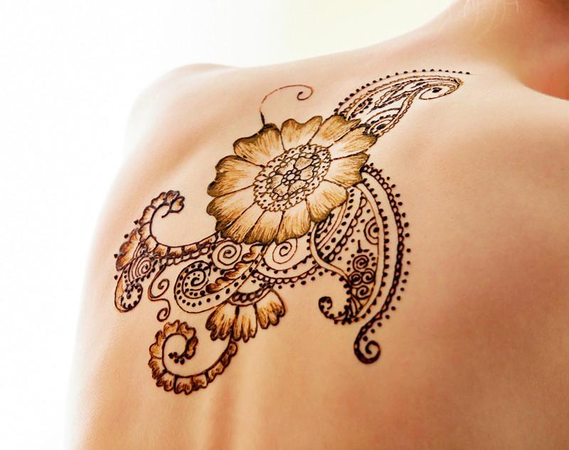 Skaisti izskatās hennas zīmējums uz muguras.