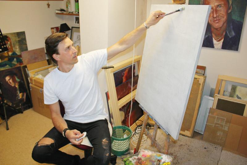 Molberts ir Edija sabiedrotais nakts stundās, kad top vislabākie darbi. Bet talantīgais mūziķis un gleznotājs ir paškritisks – personālizstādi galvaspilsētā vēl tik drīz nerīkošot.