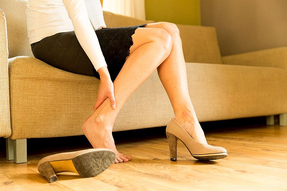 Ieteicams ikdienu pavadīt ērtos apavos, vairāk kustēties, kā arī apmeklēt ārstu.