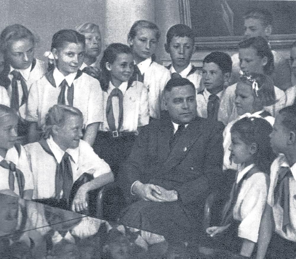 Latvijas PSR VDK 50. gadu ziņojumi par pretpadomju noskaņojumu pat skolu jaunāko klašu bērnu vidū liecina, ka ģimenē mācītais spēja neitralizēt varas uzspiesto ideoloģiju. Rakstnieks un LPSR Ministru padomes priekšsēdētājs Vilis Lācis pionieru vidū 50. gadu sākumā.