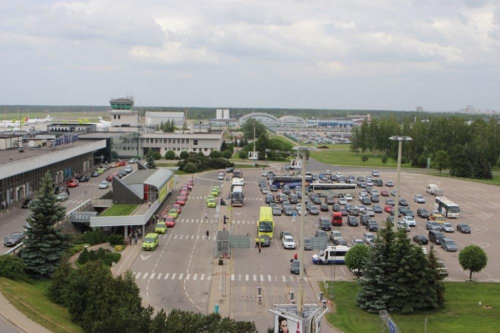 """Lidostas """"Rīga"""" autosstāvvieta."""