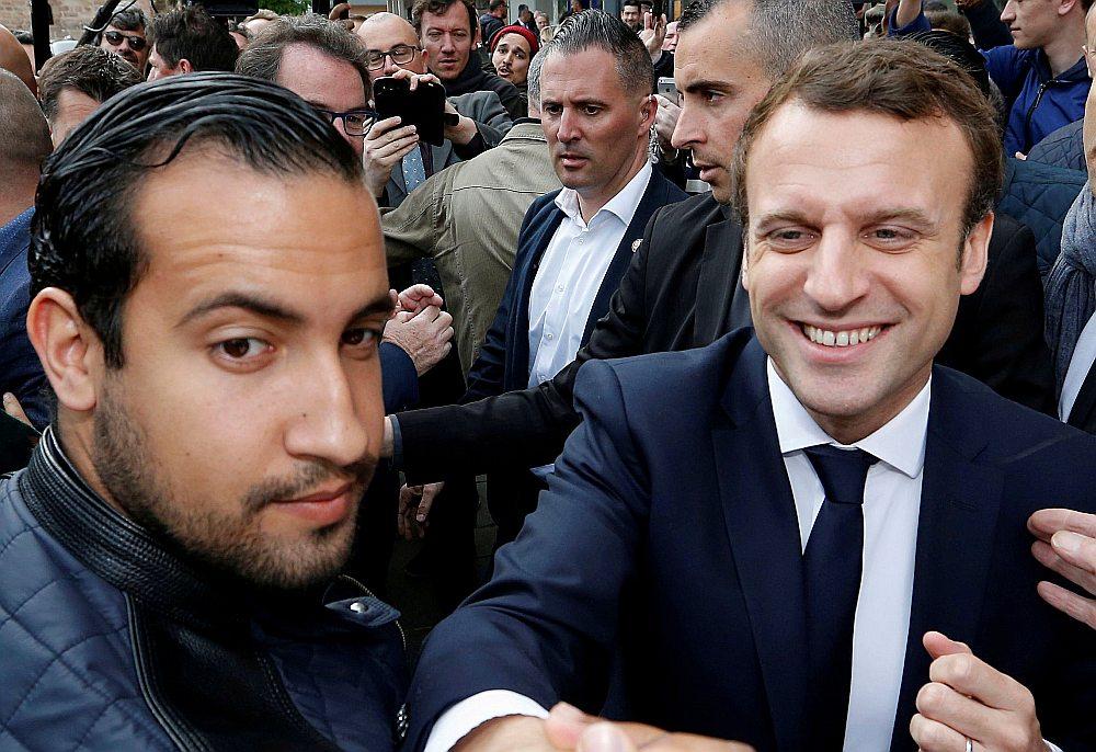 Emanuels Makrons (no labās) vēl kā topošais Francijas prezidents un viņa apsargs Aleksandrs Benāls kādā priekšvēlēšanu pasākumā 2017. gada maijā.