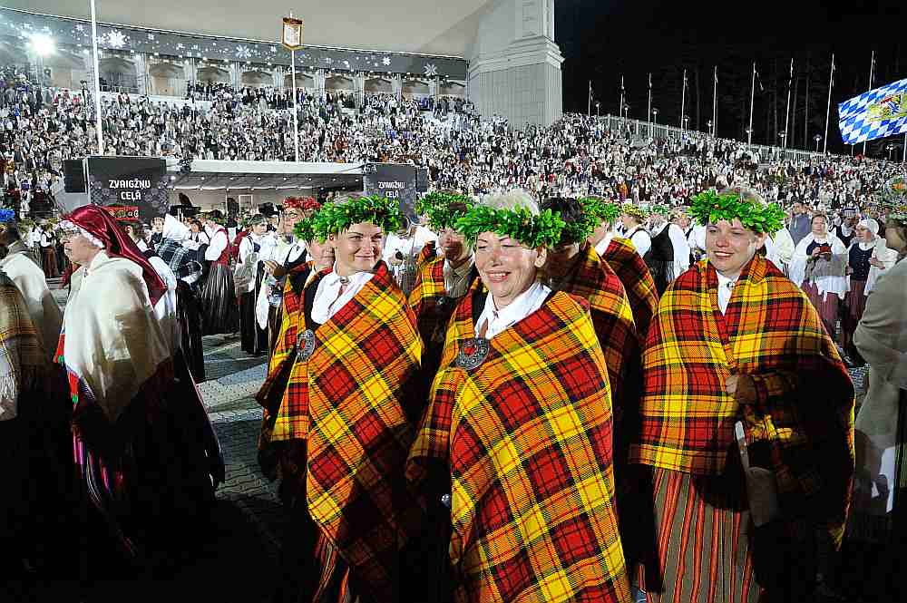 Liela daļa taisnības tiem, kas teica, ka Dziesmu svētku nedēļu nodzīvojām ideālajā Latvijā, tādā, kāda tā varētu būt, ja visi strādātu pēc labākās sirdsapziņas.