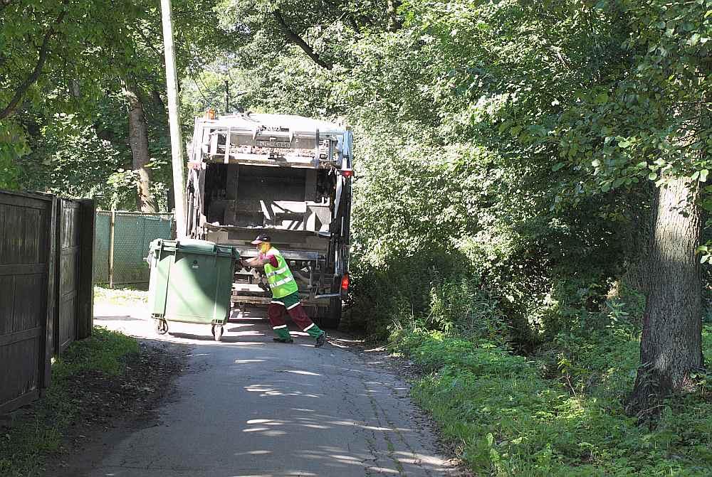 Divus miljonus eiro iedzīvotāji pārmaksājuši tāpēc, ka saņem rēķinus par savākto un aizvesto sadzīves atkritumu kubikmetriem, toties poligonos nogādātos atkritumus nosver tonnās.