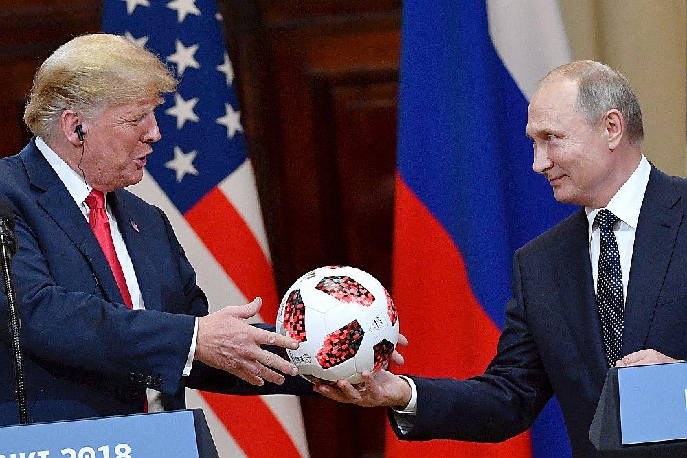 """Helsinku sarunu noslēguma preses konferencē ASV prezidents Donalds Tramps saņēma dāvanā no Krievijas prezidenta Vladimira Putina futbola bumbu. """"Šī futbola bumba ir patiesi jauka,"""" atzina Tramps."""