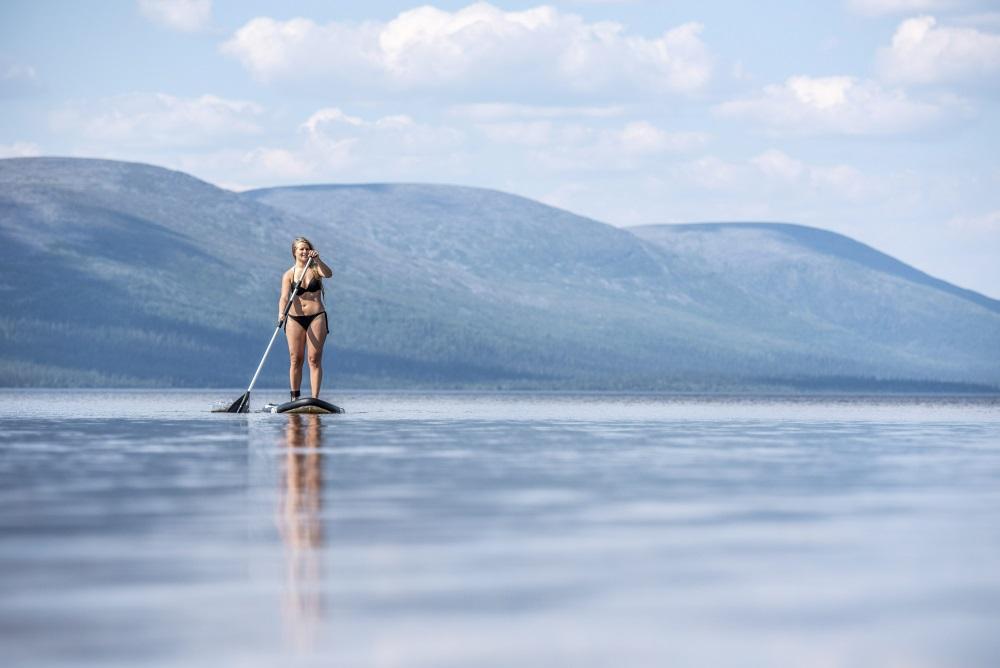 Sieviete izbauda karsto laiku Lapzemē, Somijas ziemeļos, 18.07.2018.
