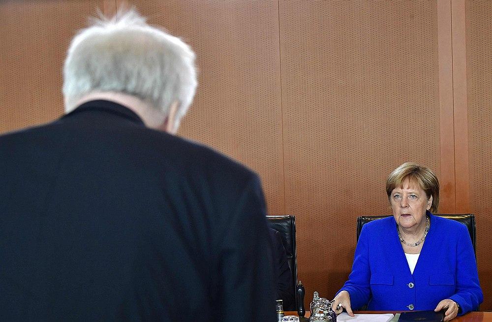 Strīds par migrācijas politiku starp Vācijas kancleri Angelu Merkeli un iekšlietu ministru Horstu Zēhoferu ir apdzēsts.