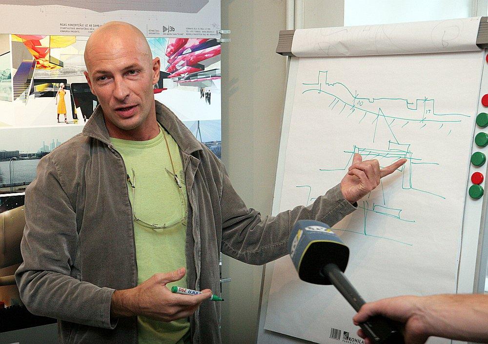 Koncertzāles uz AB dambja projekta autors, arhitekts Andis Sīlis 2006. gadā publiskajā apspriešanā prezentē savu ieceri.