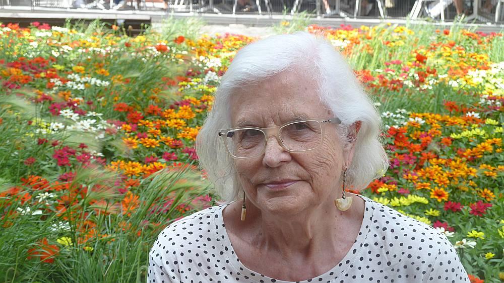 Ženija Vītols vēl kā maza meitene kopā ar māti un māsu 1944. gadā devās bēgļu gaitās uz Vāciju un 1950. gadā emigrēja uz Kanādu.
