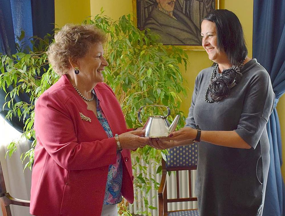 Baronese Valtraute fon Tīzenhauzena (no kreisās) Liepājas muzeja direktorei Dacei Kārklai pasniedz dzimtas relikvijas – zelta un sudraba izstrādājumus, ko darinājis viņas tēvs Verners Glazenaps.