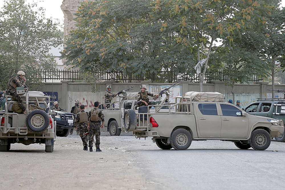 Vakar spridzinātāja pašnāvnieka sarīkotā eksplozijā pie Afganistānas Lauku attīstības ministrijas ēkas Kabulā nogalināti vismaz septiņi un ievainoti vairāk nekā 15 cilvēki.