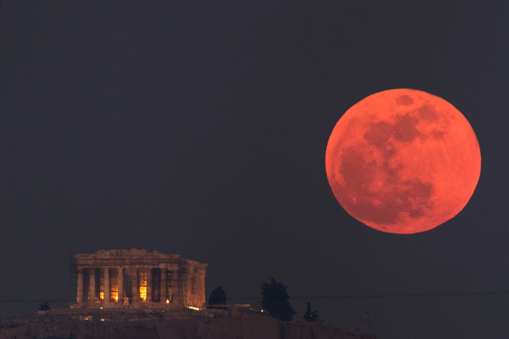 Mēness aptumsuma laikā Grieķijā 2018.gada janvārī. Foto – AP/Scanpix/LETA