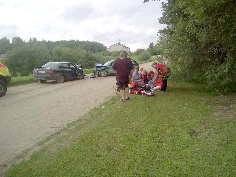 """""""Audi 80"""" (no kreisās) un """"Audi A4"""" sadursme pirms diviem gadiem. Ceļa labajā pusē mēģina glābt mazo meitenīti."""