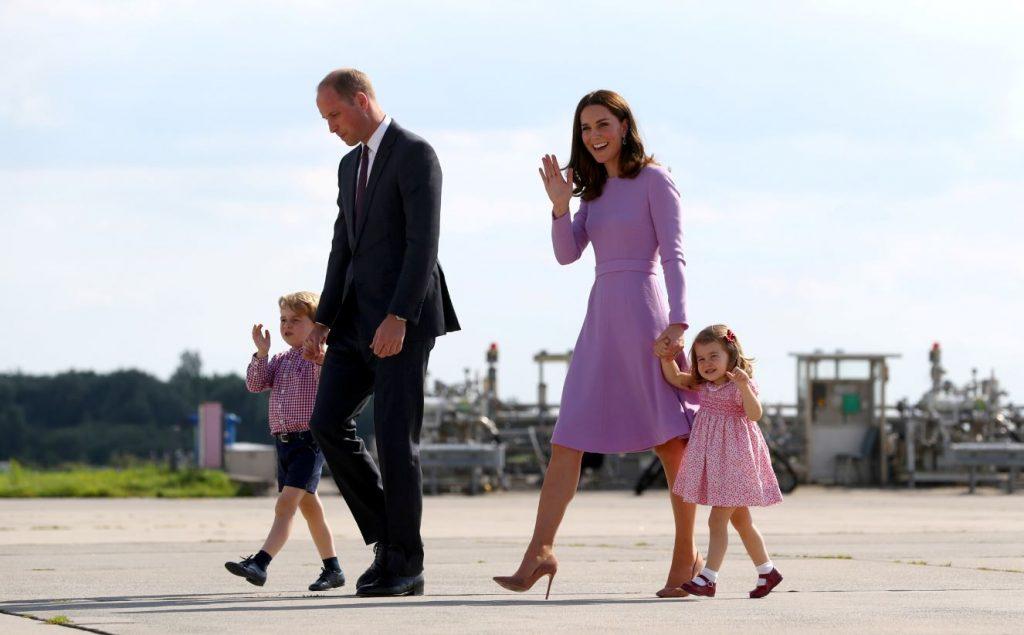 Princis Džordžs kopā ar mammu Keitu, tēti Viljamu un māsu Šarloti