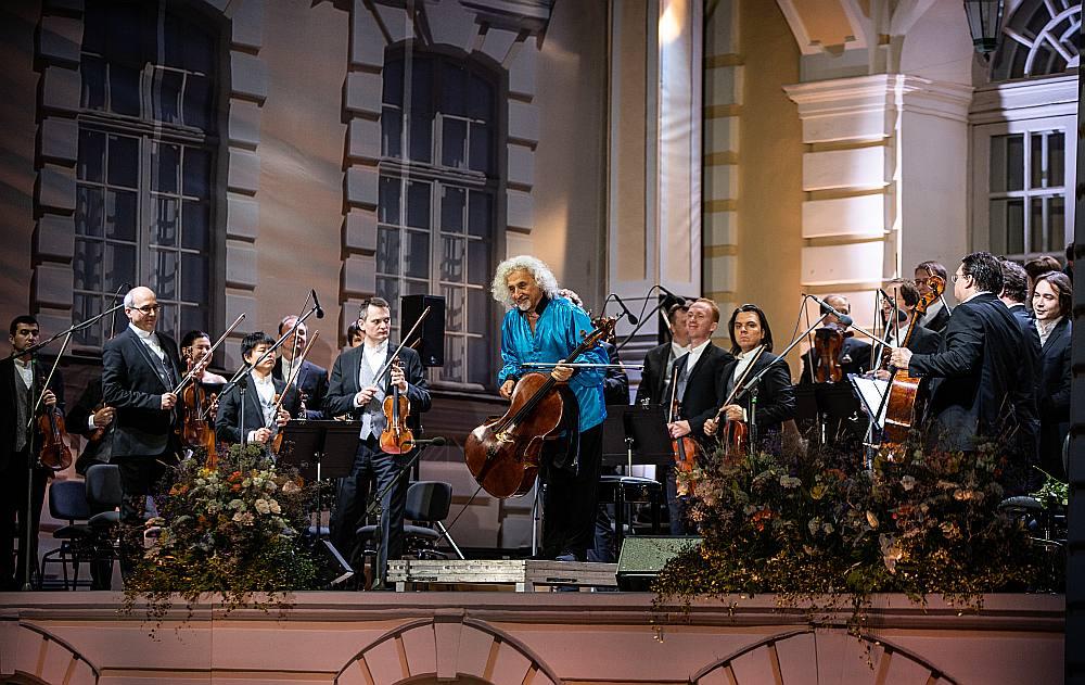 """Senās mūzikas festivāla noslēgumā Rundāles pilī klausītājus priecēja arī pasaulslavenais čellists Miša Maiskis un Krievijas kamerorķestris """"Maskavas virtuozi"""", atskaņojot Antonio Vivaldi un Luidži Bokerīni skaņdarbus."""