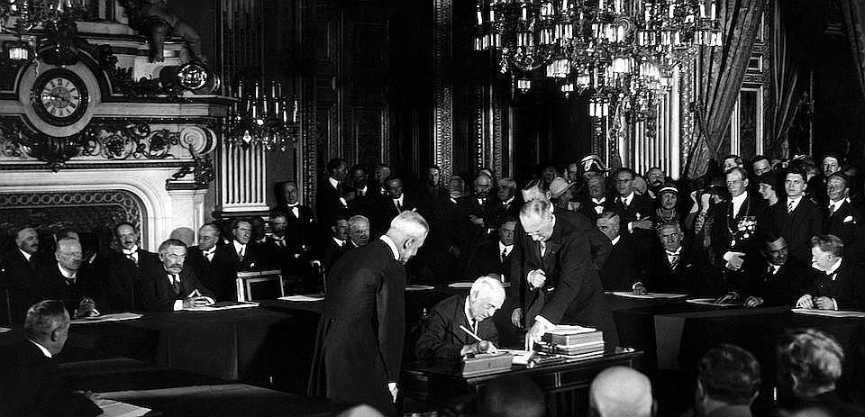 Keloga–Briāna pakta parakstīšana.