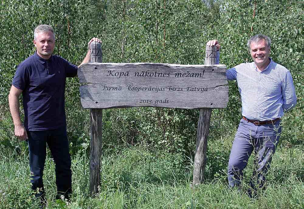 """Grigorijs Rozentāls (no labās) un Latvijas Meža īpašnieku biedrības vadītājs Arnis Muižnieks """"Dīķeniekos""""."""