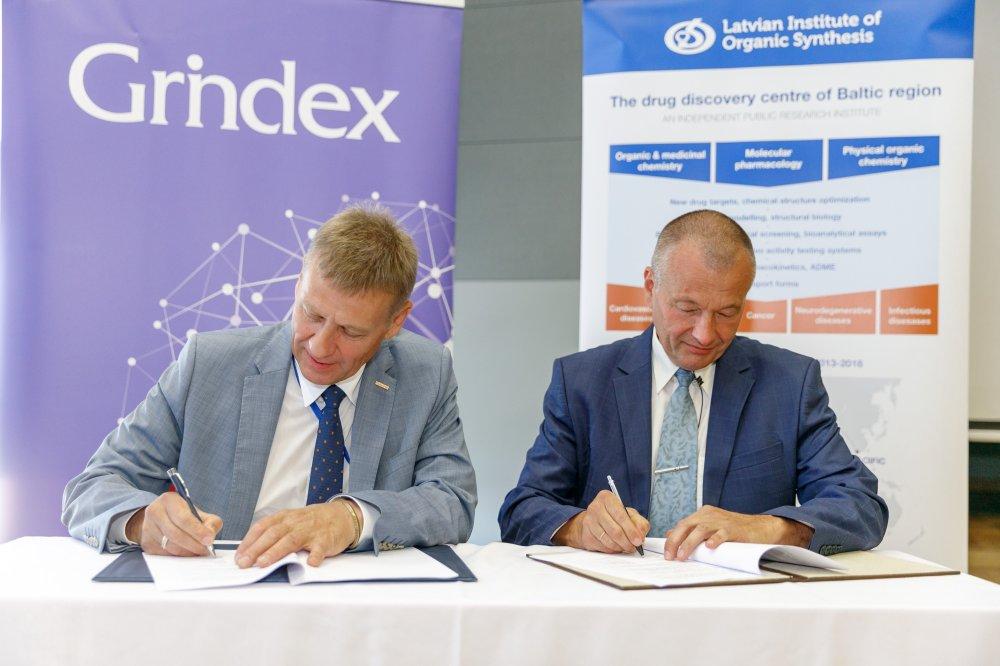 """AS """"Grindeks"""" un Latvijas Organiskās sintēzes institūts paraksta sadarbības līgumu"""