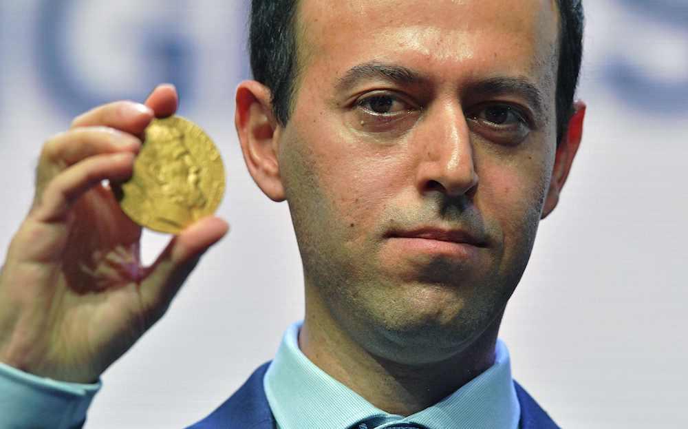 Kaušers Birkars ar jauno medaļu, ko saņēma nozagtās vietā. Foto – AFP/LETA