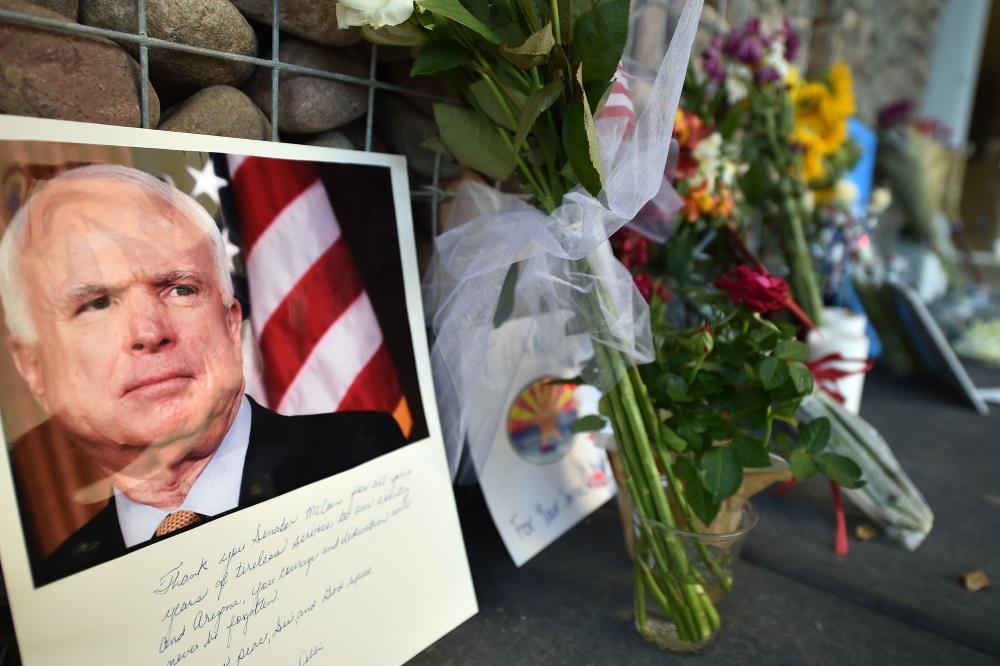 Nolikti atvadu ziedi mirušajam ASV senatoram Džonam Makeinam, 2018.gada 27.augustā.