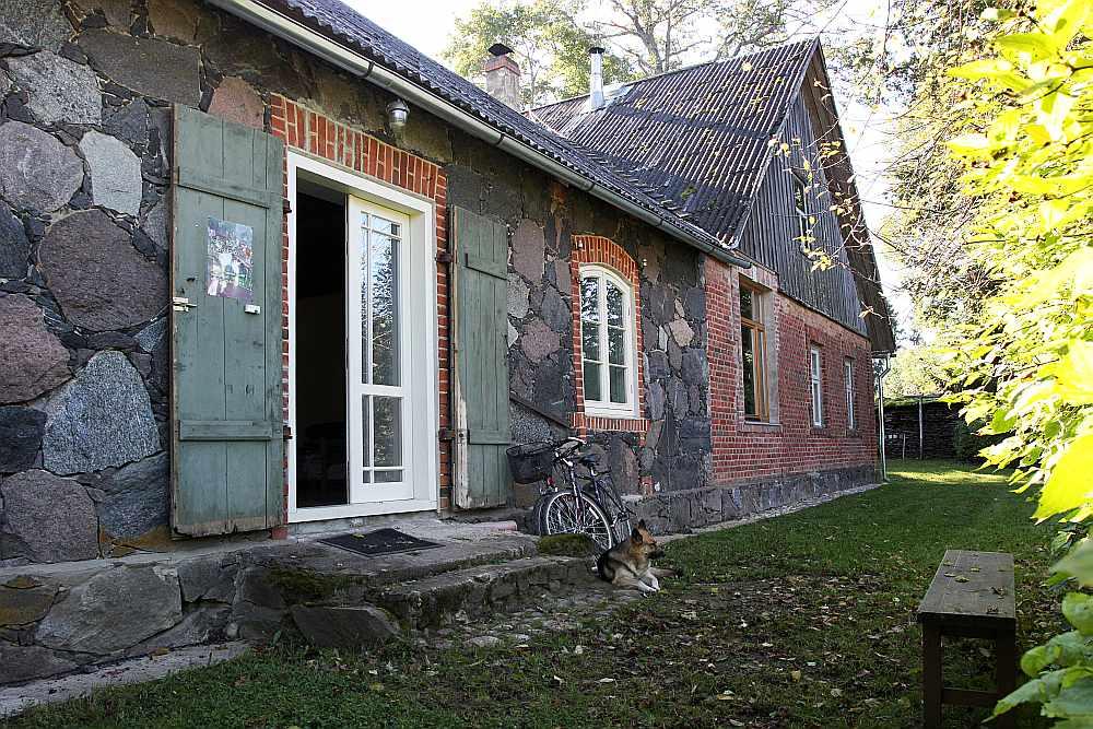 """""""Lejas Vālēnu"""" akmens mūra ēku 1870. gadā cēluši Delles. Vēlāk tai piebūvēta dzīvojamā ēka, kam guļbaļķi apmūrēti ar sarkanajiem ķieģeļiem."""