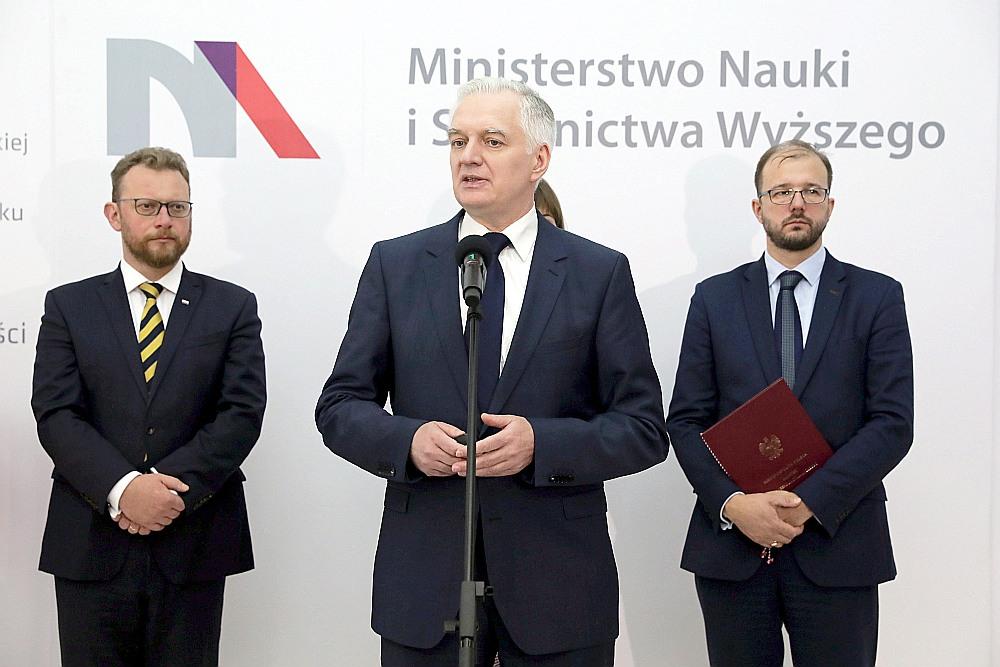 Polijas premjerministra vietnieks Jaroslavs Govins paziņojis, ka Polija ignorēs Eiropas Tiesas lēmumu, ja tas apturēs nesen pieņemto likumu par Polijas Augstākās tiesas tiesnešu pensijas vecumu.