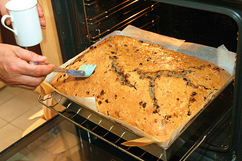 Lai maizei garoza kārdinoši spīdētu, neilgi pirms cepšanas beigām to noziež ar sakultu olu.