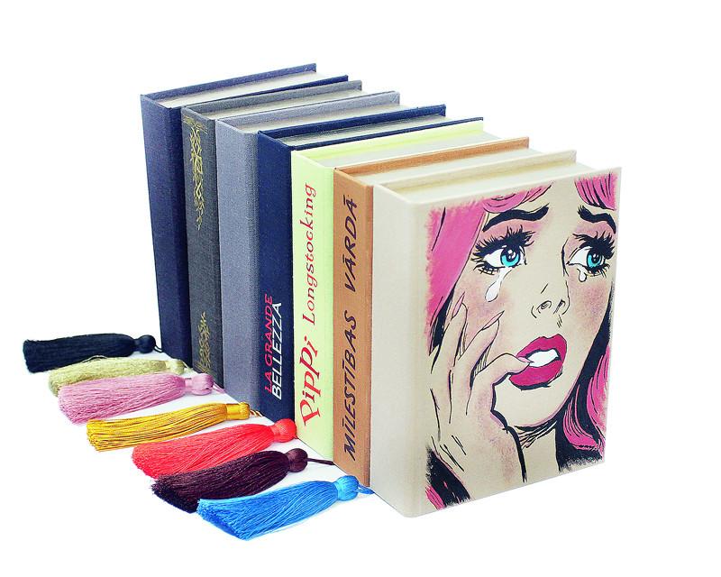 Izskatās kā grāmata, bet nav grāmata. Klačsomiņai jābūt tik lielai, lai varētu ielikt telefonu, lūpukrāsu, ķemmi, atslēgas un naudu.