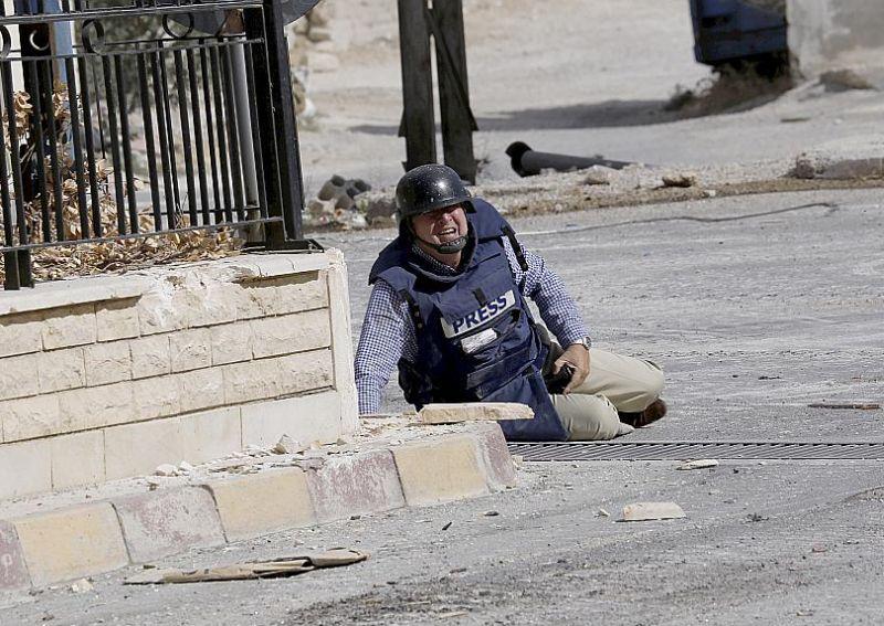 AFP žurnālists Semijs Kecs pieplacis zemei apšaudes laikā Sīrijas pilsētā Mālulā 2013. gada 18. septembrī.