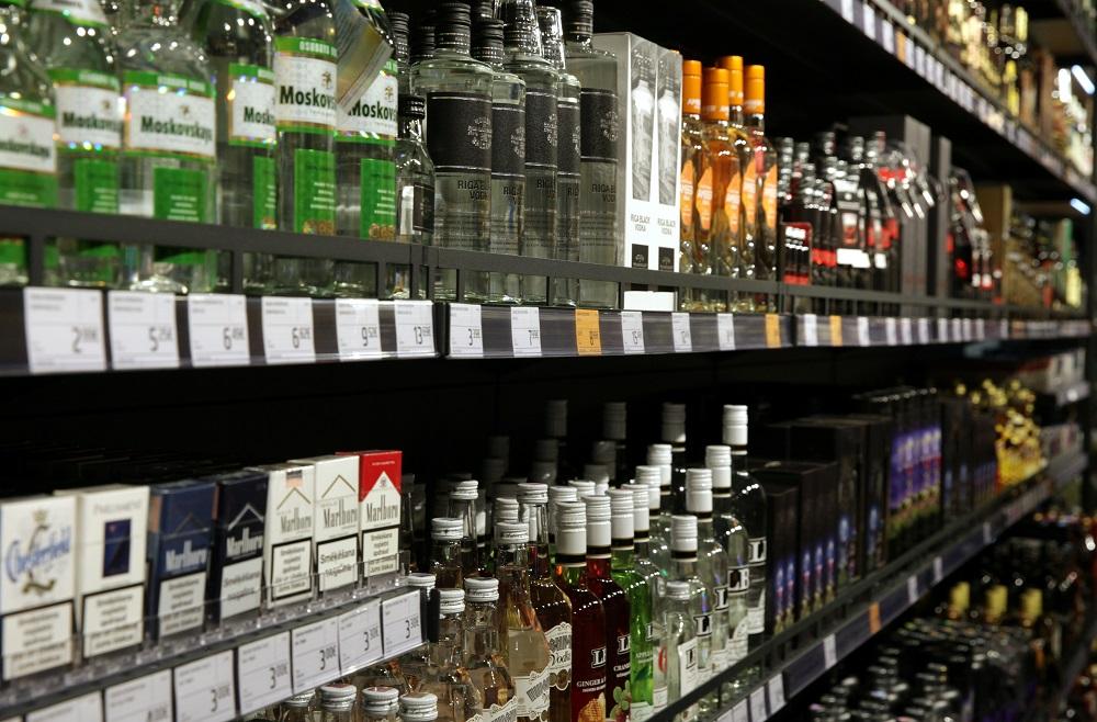 Alkoholiskie dzērieni veikala plauktā
