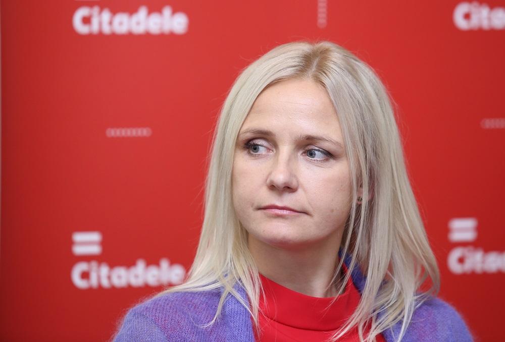 """Bankas """"Citadele"""" valdes locekle Santa Purgaile piedalās preses konferencē, kurā prezentē jauno """"Citadele Index"""" pētījumu."""