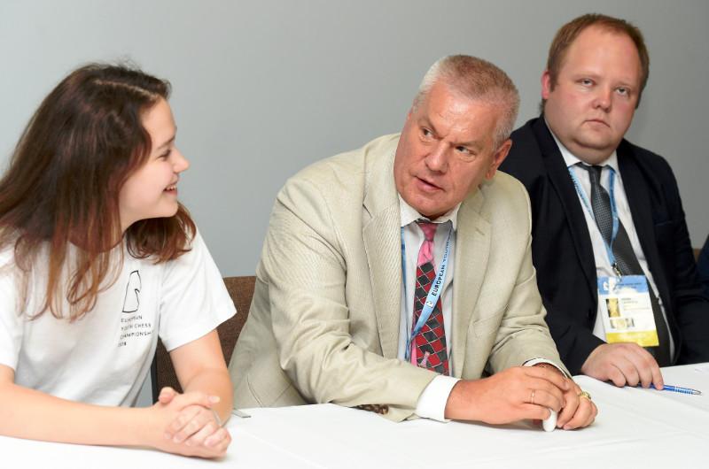 Šahiste Elizabete Limanovska (no kreisās), Latvijas Šaha federācijas prezidents Āris Ozoliņš un Eiropas jauniešu čempionāta direktors Egons Lavendelis.