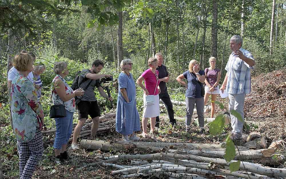 """Konkursa """"Sakoptākais mežs 2018"""" žūrija vērtē Aivara Bergmaņa meža īpašumu Kabiles pusē."""