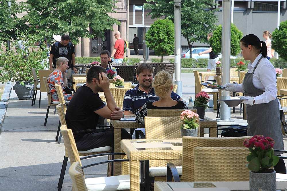 """Latvijas Nacionālā mākslas muzeja """"Muzeja restorāna"""" āra terasē vasarā."""